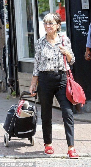2B76422D00000578-3206656-Julie_Christie_75_was_spotted_popping_to_her_dry_cleaners_with_a-a-1_1440233120116